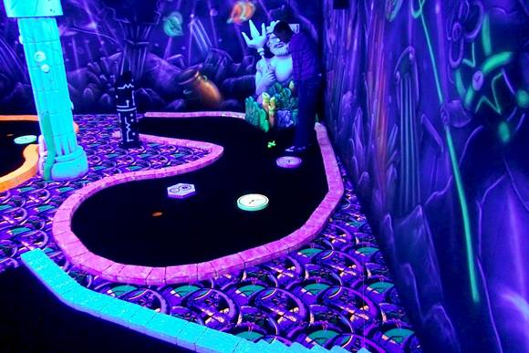 Glow Golf Glow in the Dark midgetgolf Valentine's Day Amsterdam Welcome